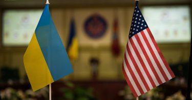 Banderas de Ucrania y Estados Unidos
